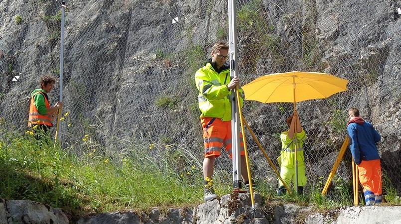Geomatik-Studierende bei einer Vermessung