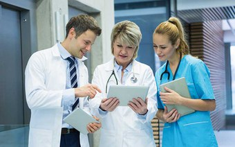 Wie kommunizieren Ärztinnen und Ärzte untereinander?