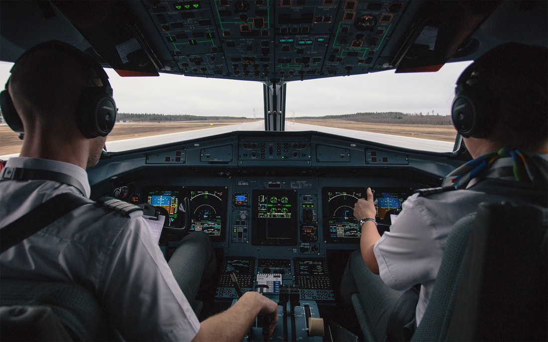 pilots-cockpit-avionics_1920.jpg