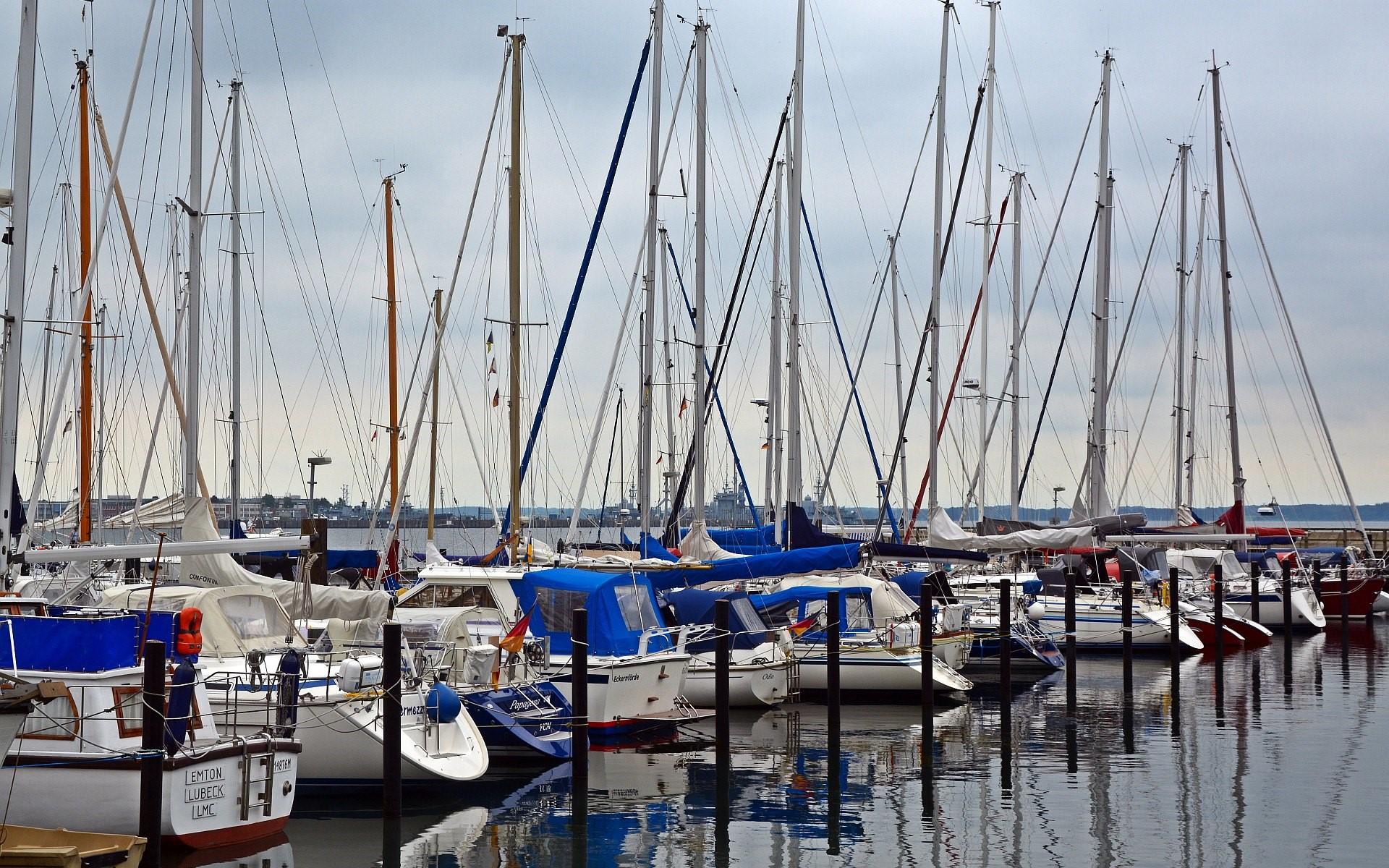 Der Rumpf von Segelschiffen ist mehrheitlich aus Glasfaserverstäkten Kunststoffen gebaut.