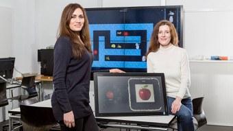 Studentinnen erfinden ein Computerspiel für Menschen mit Demenz