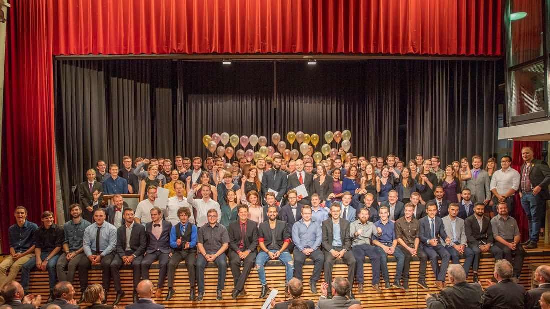 Unbändige Freude bei den frischgebackenen Diplomandinnen und Diplomanden