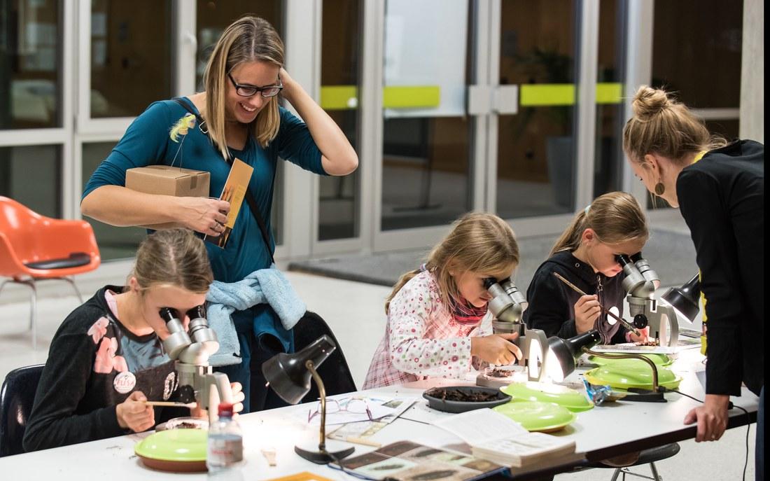 Kinder mit Mikroskop.jpg