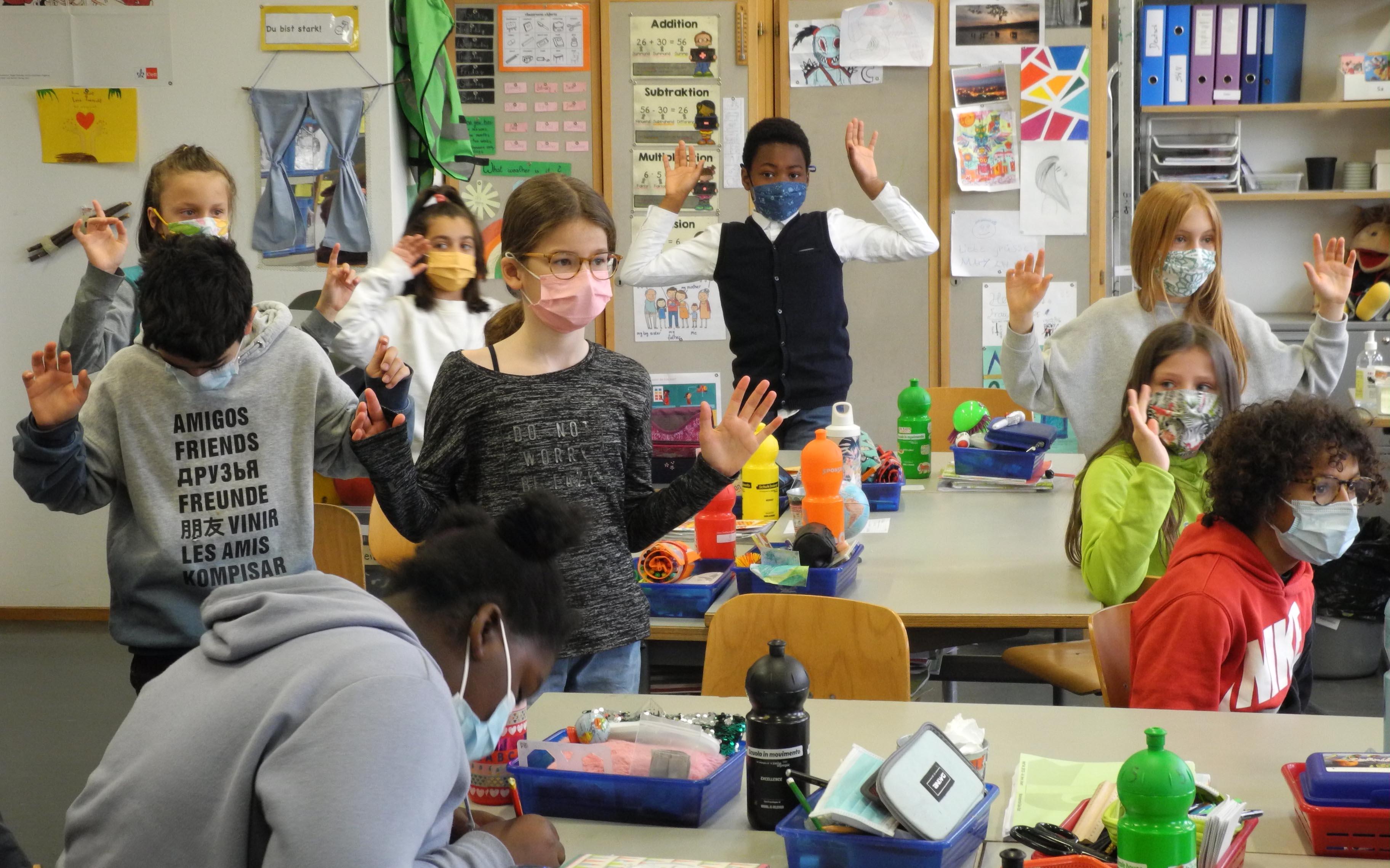 Bei einer kurzen Umfrage zeigten die Kinder, wie viele Sprachen sie sprechen.