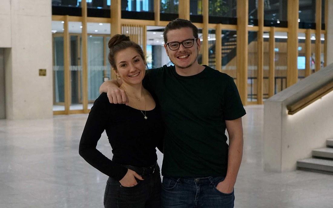 Die Studierenden Stephanie Vock und Christian Cardoso im neuen Campus Muttenz der FHNW. (© Letizia Krummenacher)