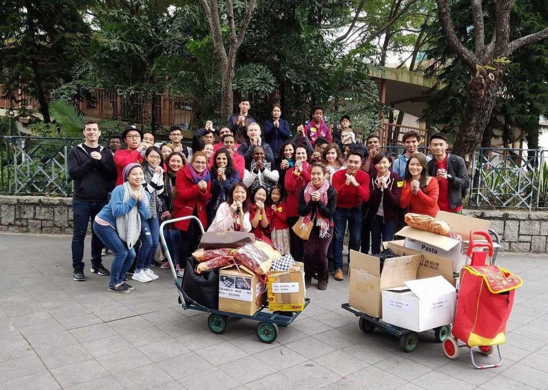 Freiwillige haben vietnamesischen «Boatpeople» am chinesischen Neujahr Essen und Kleider verteilt. In der Bildmitte ist Immo Finze zu sehen. (© Immo Finze)
