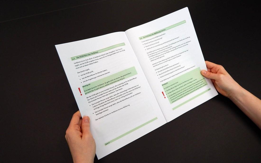 Die Broschüre «Information zum Erwachsenenschutz in leicht verständlicher Sprache» (© Letizia Krummenacher)
