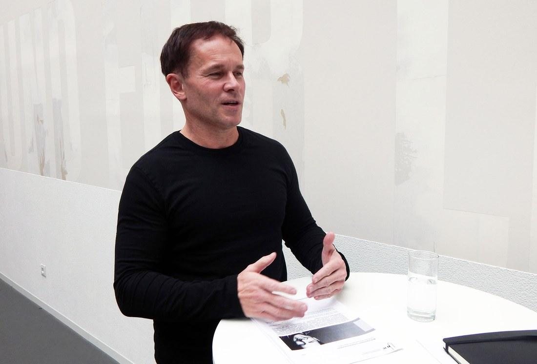Prof. Stefan Adam während des Interviews. (© Letizia Krummenacher)