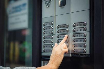 Jemand klingelt und bittet um Einlass in die Wohnung (©LumineImages/[iStock/Getty Images Plus])
