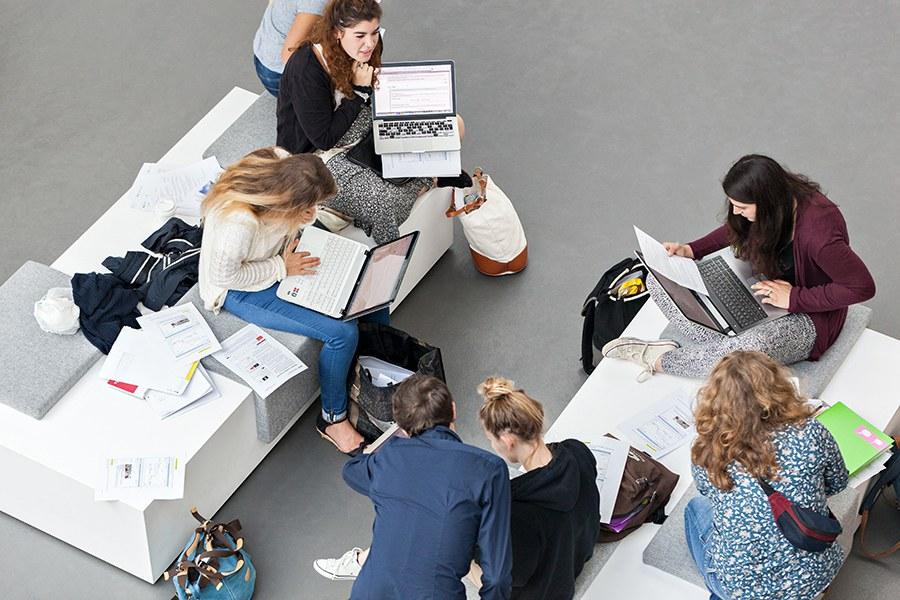 Bachelor-Studierende in der Eingangshalle des Campus Olten