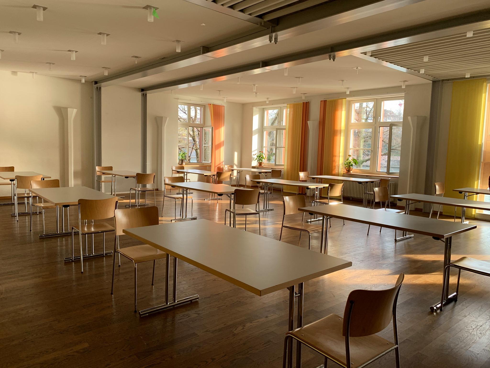 Saal in der Pfarrei St. Clara in Basel, wo Obdachlose ihr Essen an einem ruhigen Ort einnehmen können. © Verein für Gassenarbeit Schwarzer Peter, Basel.