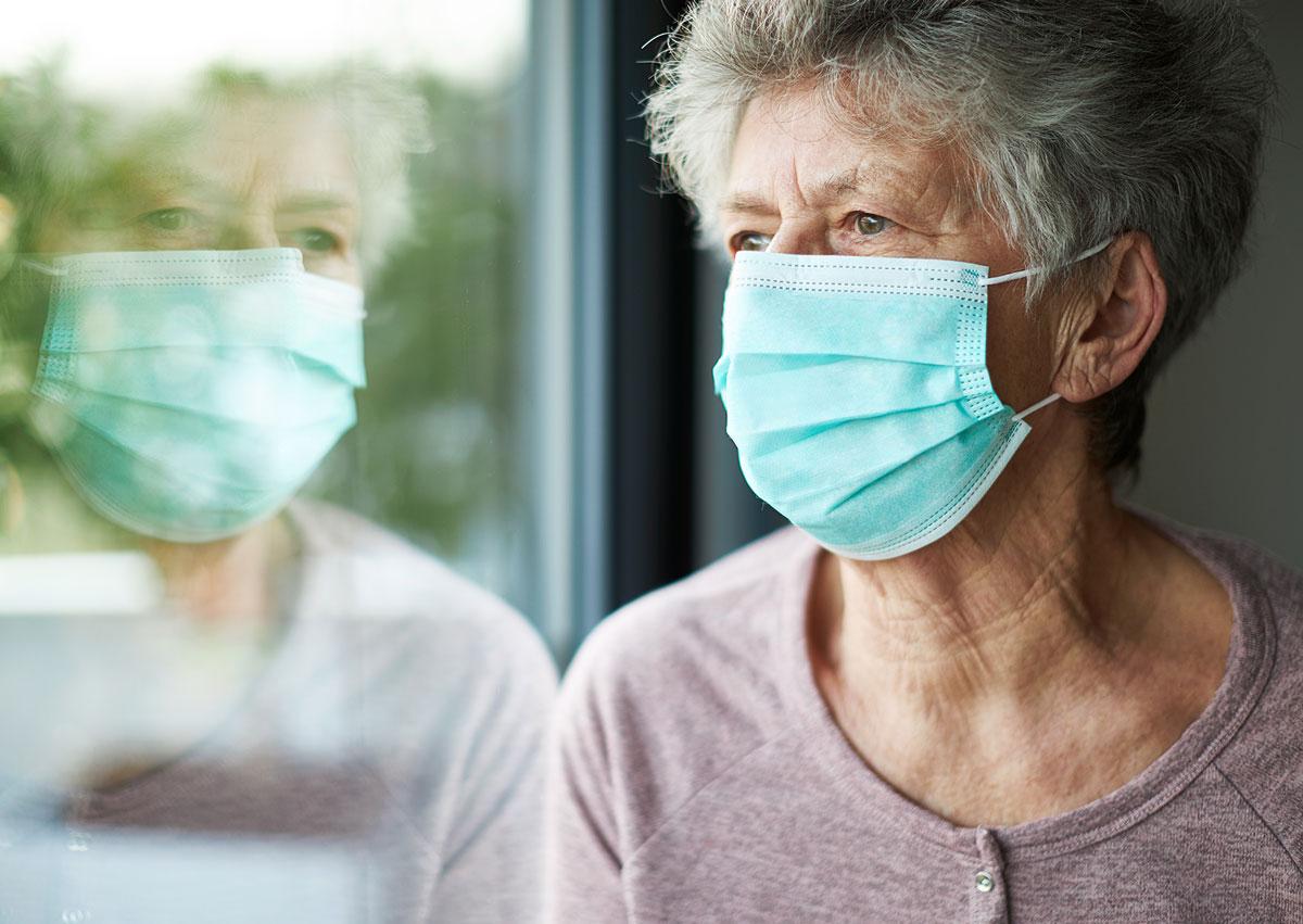 Portrait einer älteren Frau mit Maske