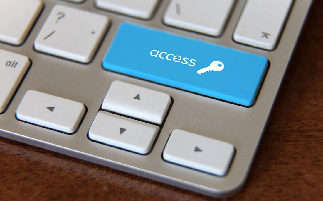 Tastatur mit blauer «Access»-Taste für die Barrierefreiheit im Internet