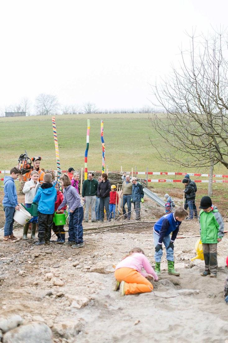 Kinder gestalten ihren neuen Spielplatz in Herznach AG mit.