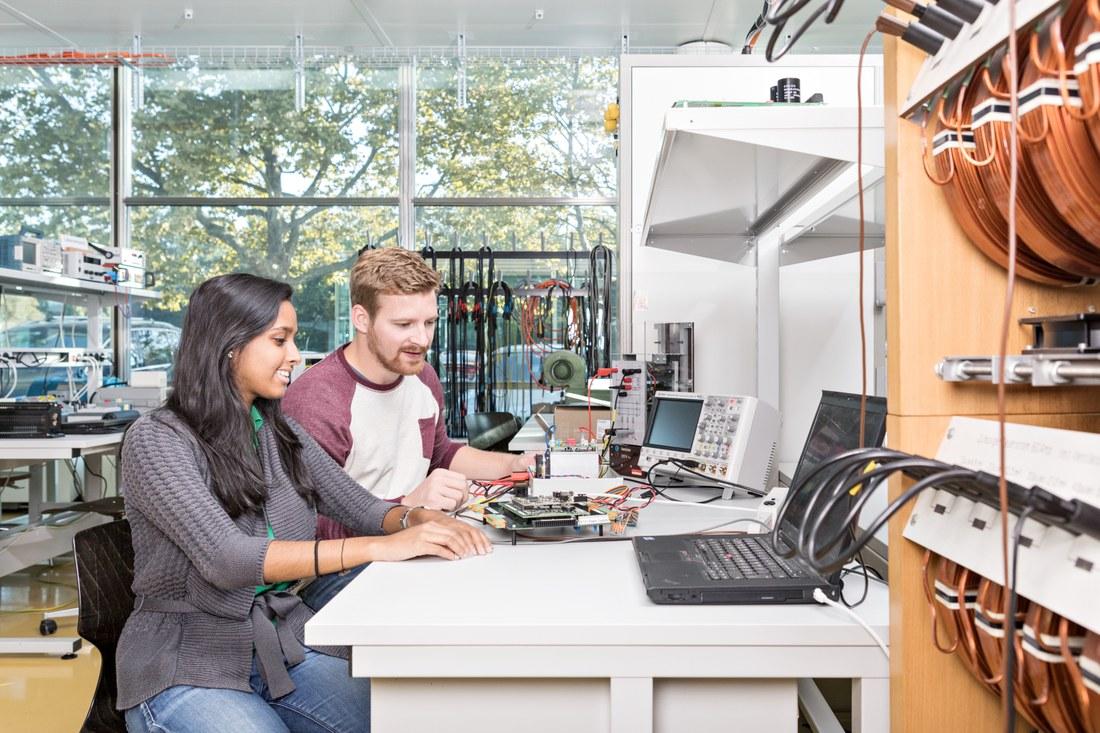 Ein Lernender an einem Computerarbeitsplatz