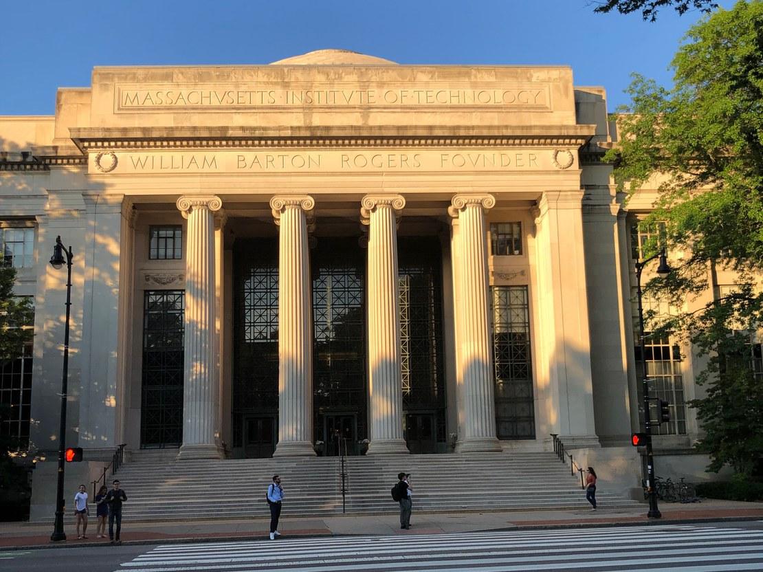 12_hauck_MIT Haupteingang von Mass Ave_56x42.jpg