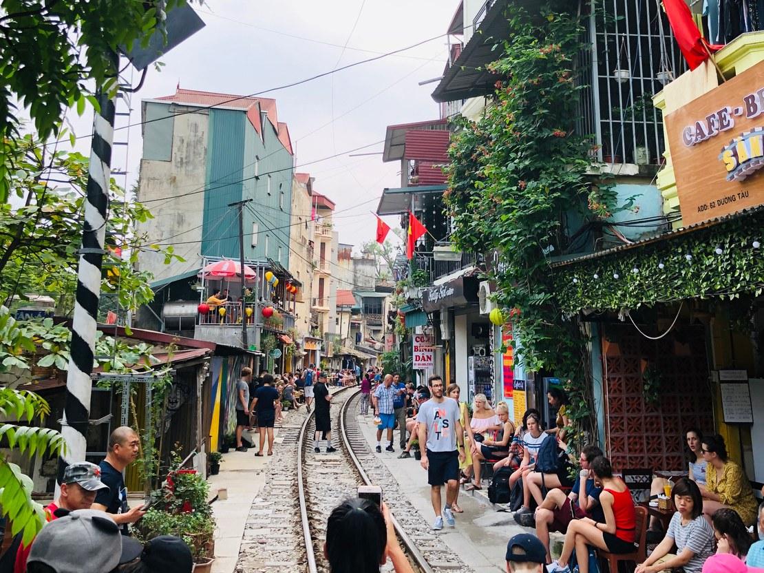 10_hauck_Beruehmte Schienengasse durch Hanoi_56x42.jpg